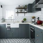 10-exemplu bucatarie mica cu mobila gri si finisaje in culori deschise