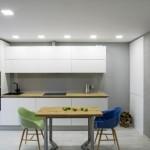 10-exemplu bucatarie moderna cu mobila alba si pereti decorati cu tencuiala gri
