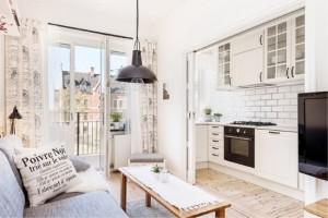 10-exemplu bucatarie open space separata de living prin usi glisante