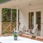10-fotolii pe prispa din lemn a casei de 57 mp