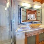 10-interior baie finisata cu marmura si faianta decorativa hotel Malvasia
