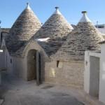 10-intrare casa trulli acoperis conic din piatra trulii in alberobello puglia italia