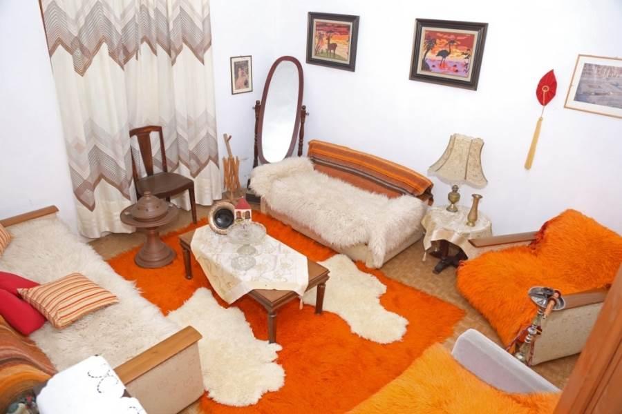 living etaj alb accente portocalii decor rustic