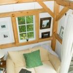 10-living mic vazut de sus cabana din lemn construita cu 4000 dolari