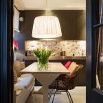 10-loc de luat masa bucatarie decorata si finisata in gri cu accente albe si rosii