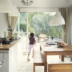 10-loc de luat masa in bucataria casei din piatra din Franta