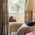10-loc de relaxare sub fereastra living rustic mic si cochet casa din piatra restaurata
