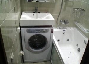 10-masina de spalat haine integrata sub lavoarul dintr-o baie moderna mica