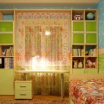 10-mobila colorata cu spatii depozitare proiectata in jurul ferestrei din camera unui copil