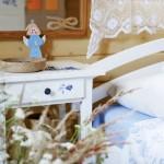10-mobila alba din lemn pictata cu motive florale casa taraneasca din lemn