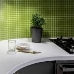 10-mobilier alb si gri in amenajarea unei bucatarii placate cu mozaic verde crud
