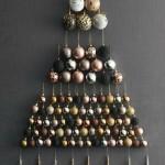 10-model brad de Craciun confectionat din globuri si montat pe perete