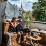 10-model de bancuta coltar din lemn construita intr-un balcon de apartament