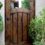 10-model poarta pietonala rustica din lemn pentru intrarea in curte