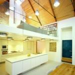 10-open space cu bucatarie si loc de luat masa si living amenajat la mezanin inalt