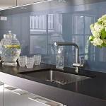 10-panou sticla decorativa gri perete bucatarie moderna cu mobila gri
