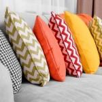 10-pernute colorate cu efect domino decor canapea gri deschis