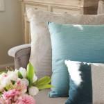 10-pernute moi culori pastel si aranjament floral din bujori decor living stil clasic