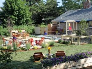 10-platforma cu loc de luat masa inconjurata de flori si plante dupa amenajarea gradinii