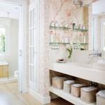 10-polite pe perete si sub lavoarul din baie