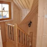10-scara interioara din lemn si fier forjat casa mica din barne de lemn 52 mp