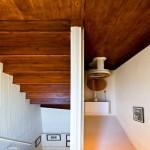 10-scara interioara si baie de serviciu casa cu fundul in sus