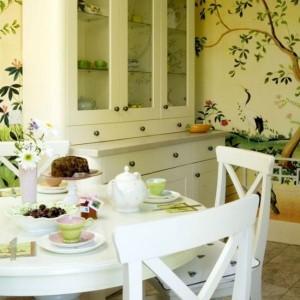 10-tapet cu imprimeu de inspiratie vegetala in decorul unei bucatarii cu mobila alba