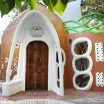 10-usa sculptata din lemn casa cob parc Euphoria ArtLand Cipru