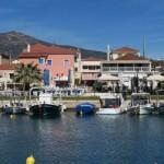 10-vedere spre sat de pe un ponton din port Paralio Astros Grecia