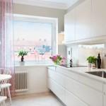 11-accente textile roz in amenajarea unei bucatarii albe imaculate