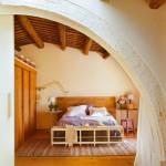 11-arcada intrate dormitor casa din piatra amenajata in stil rustic