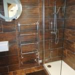 11-baie de serviciu placata cu travertin maro casuta rustica