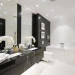 11-baie moderna mare in alb si negru