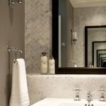 11-baie moderna perete placat cu faianta ingusta tip Subway asezata in forma de bradut