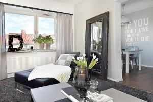 11-bancheta otoman amplasata langa fereastra din livingul apartamentului