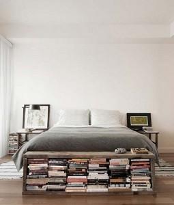 11-biblioteca bancuta din lemn asezata la picioarele patului din dormitor