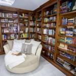 11-biblioteca din interiorul casei Inkwell Manor de 325 mp construita de Cara Brookins