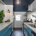11-bucatarie ingusta proiectata pe doua laturi casa mica din lemn