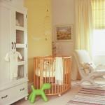 11-camera bebe unisex pereti culoare galbena si mobila alba patut lemn natur