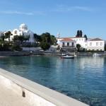 11-case vechi din piatra pe faleza din Spetses Grecia