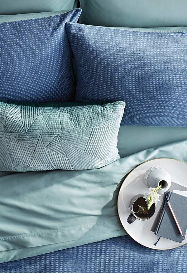 combinatii perne nuante albastru pat dormitor