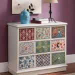 11-comoda cu fatetele sertarelor imbracate cu resturi de tapet decorativ