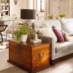 11-cufar din lemn pe post de masuta asezata langa canapeaua din living