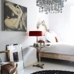 11-decor eclectic dormitor alb accente negre si pata de culoare rosie