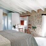 11-dormitor mansardat cu pereti cu aspect brut din piatra naturala