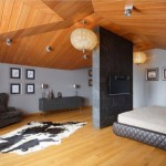 11-dormitor mansardat decorat in gri si lemn in nuanta ciresului