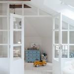 11-dormitor matrimonial si camera bebe separate cu ajutorul unor usi albe cu insertii de sticla