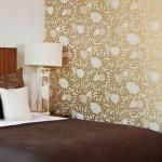 11-dormitor modern decorat in alb si maro cu perete de accent decorat cu tapet