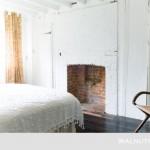 11-dormitor rustic alb dusumea din lemn masiv si dulapuri incastrate in perete cu usi albe din lemn