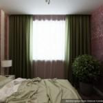 11-draperii verde olive in amenajarea unui dormitor de 12 mp finisat cu tapet decorativ rosu